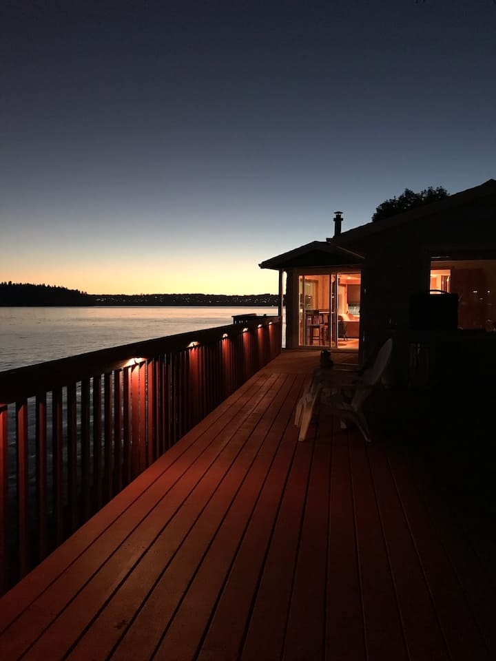 Vashon Clam Cove Cottage Waterfront with Views