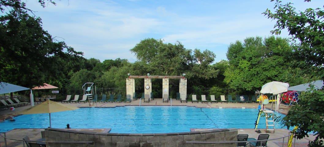 Fabulous, Fun! 2 Pools! 5 Bedrooms, Great Rate!