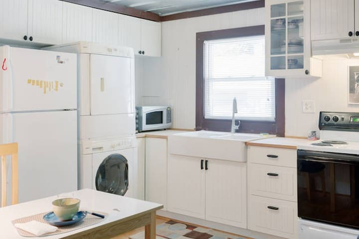 Farmhouse sink with pull-down faucet