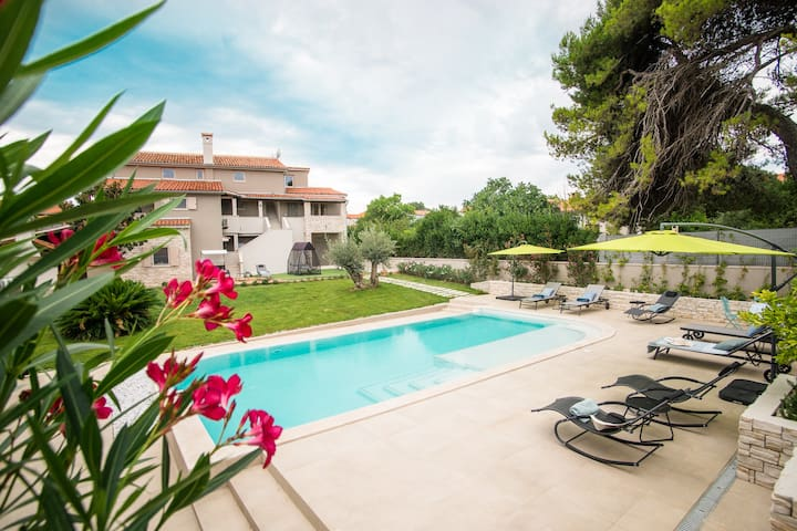 Spacious villa, large garden, pool and pool house