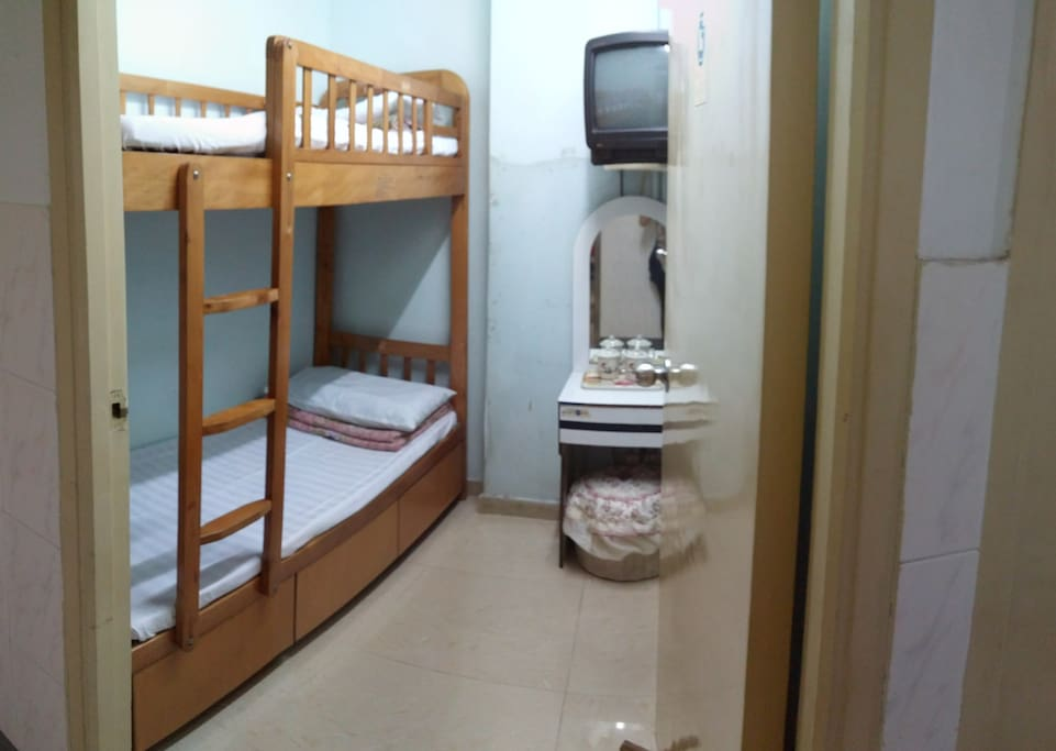 Traditional hk bunk bed economy convenient room appartements louer hong kong kowloon - Farbiges modernes appartement hong kong ...