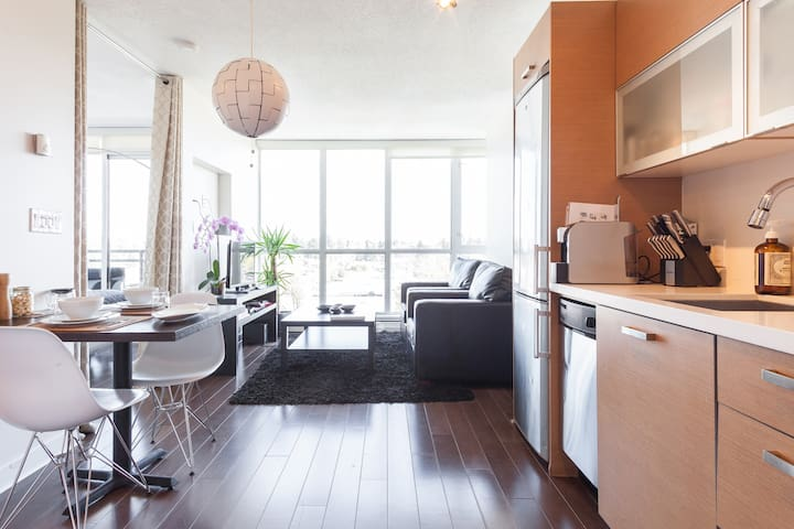 Modern one bedroom beside skytrain no cleaning fee - Surrey - Appartement