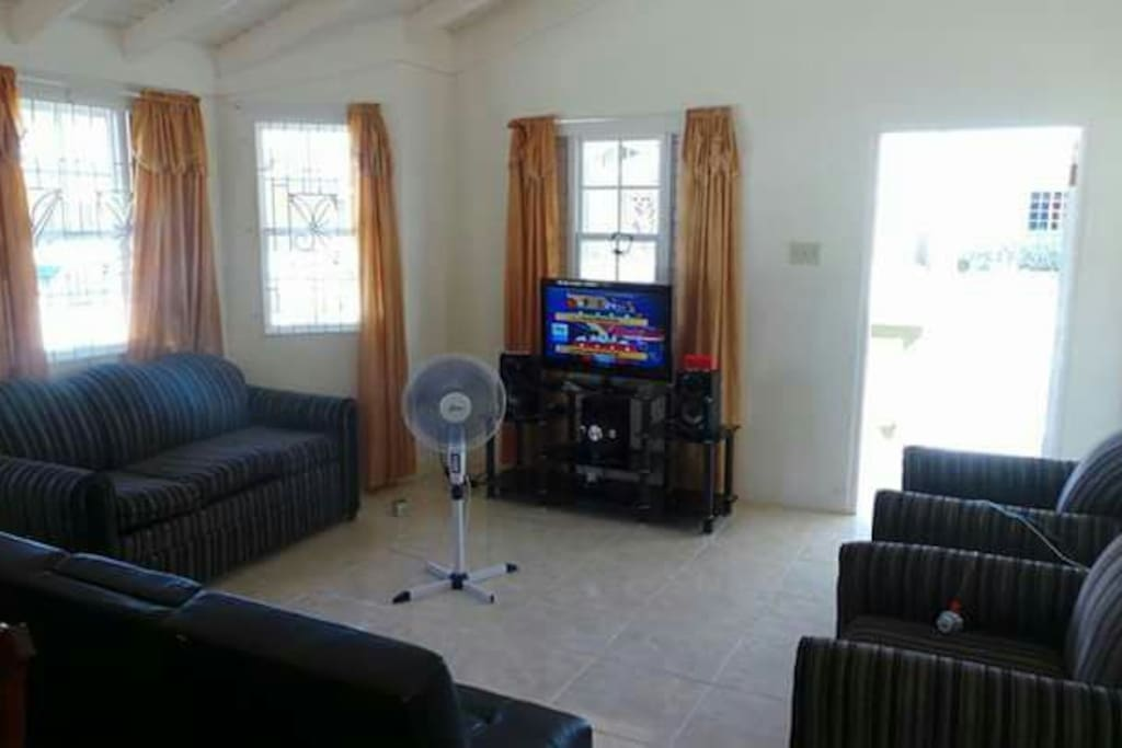 Living room, cable tv and wireless Internet available