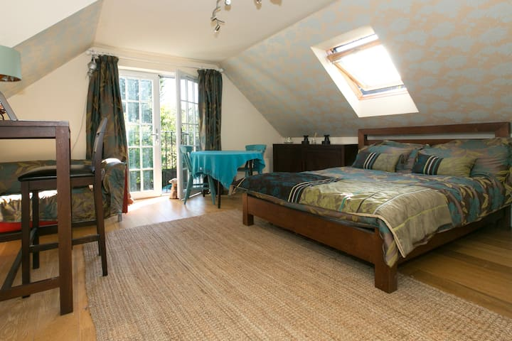 Spacious suite in cental location - Camberley - Dom