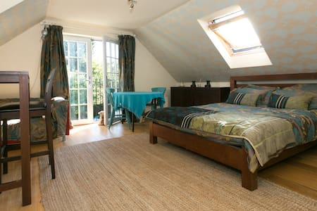 Spacious suite in cental location - Camberley - 独立屋