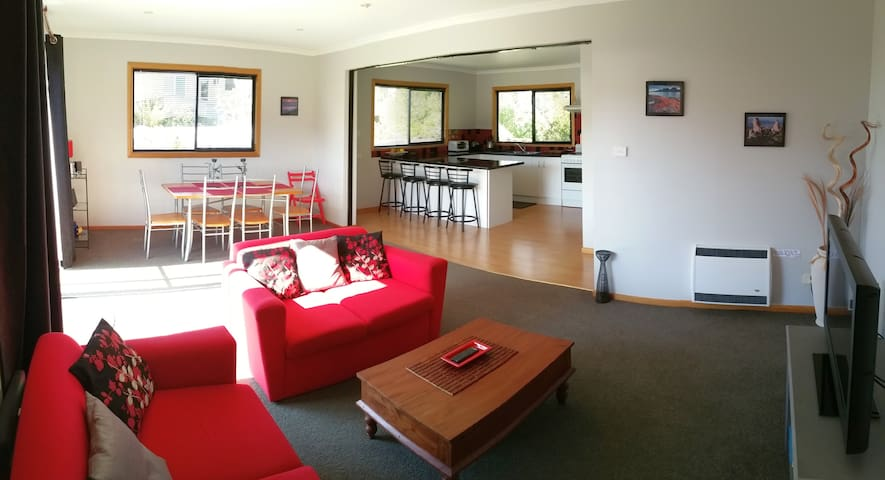 Shifting Sands Beachfront Cottage - Sisters Beach - House