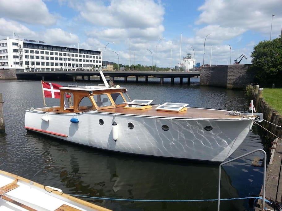 Her er Emma II i Randers midtby, hvor vi sejler op ad Gudenåen til Langå, Bønnerup, Grenå og Ebeltoft, her ligger vi med kalechen nede til i havnen i Randers midtby