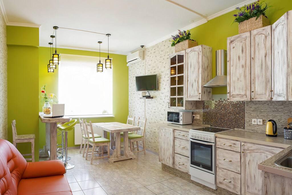 Кухня оснащена полным набором бытовых предметов, техники и посуды