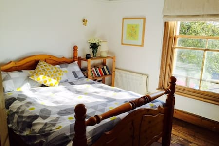 Double room in a cottage - Wivenhoe - House