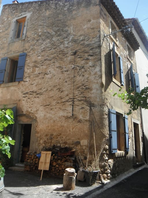 Maison en pierre dans les corbi res houses for rent in for A la maison translation