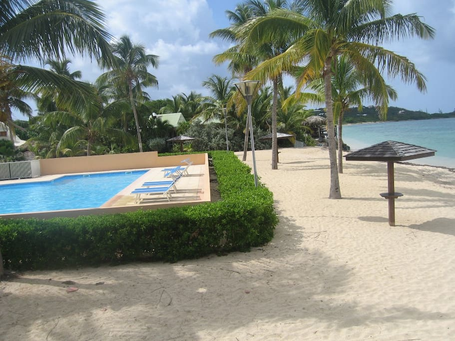 la piscine est au bord de la plage!