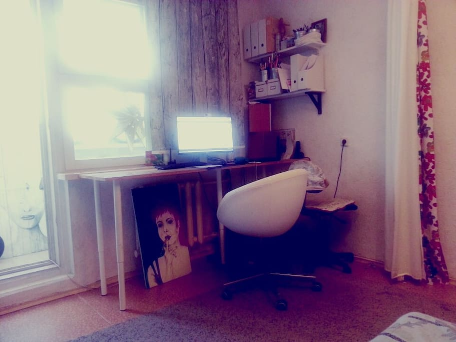 Гостиная с рабочим местом и компьютером
