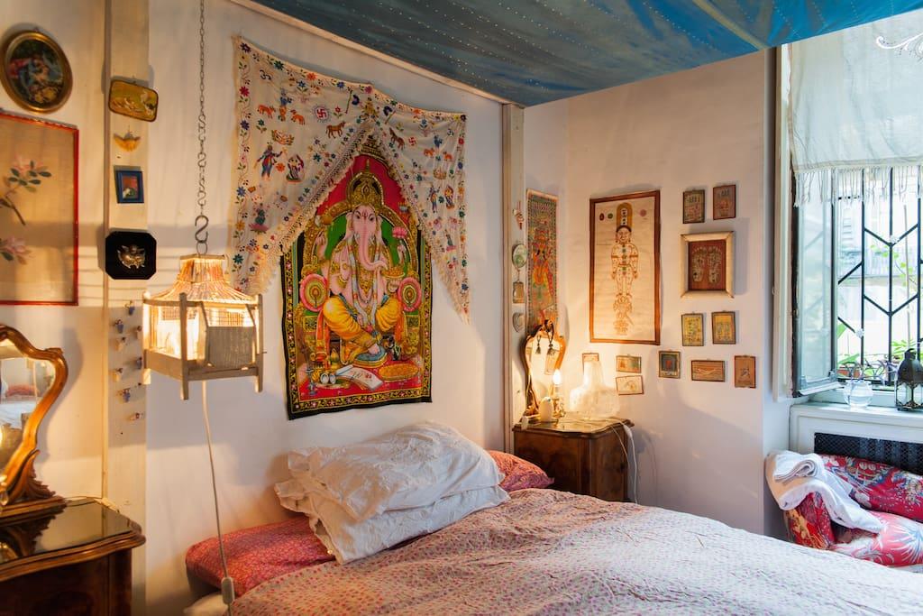particolare camera letto con vista su cortile giardino