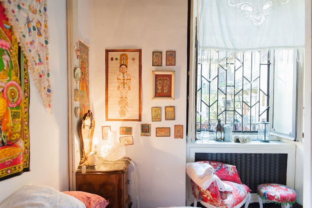 particolare camera da letto vista con finestra che si illumina la sera