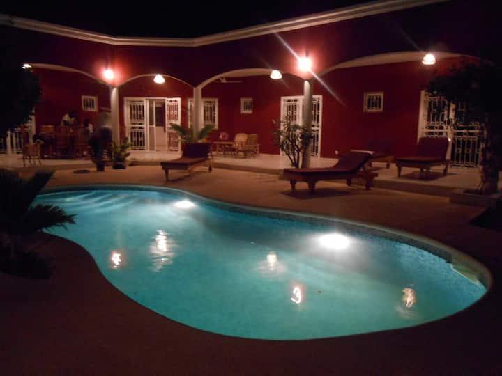 villa privée,personnel inclus,wifi, clim, piscine.