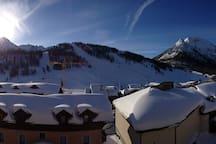 Le balcon avec vue plein sud sur la montagne en hiver.