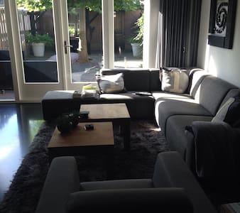 ruime woning, 5 kamers, 3 etages - Ház