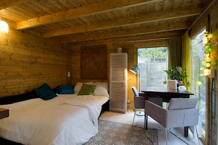 Self contained chalet, city center - Haag - Alpstuga