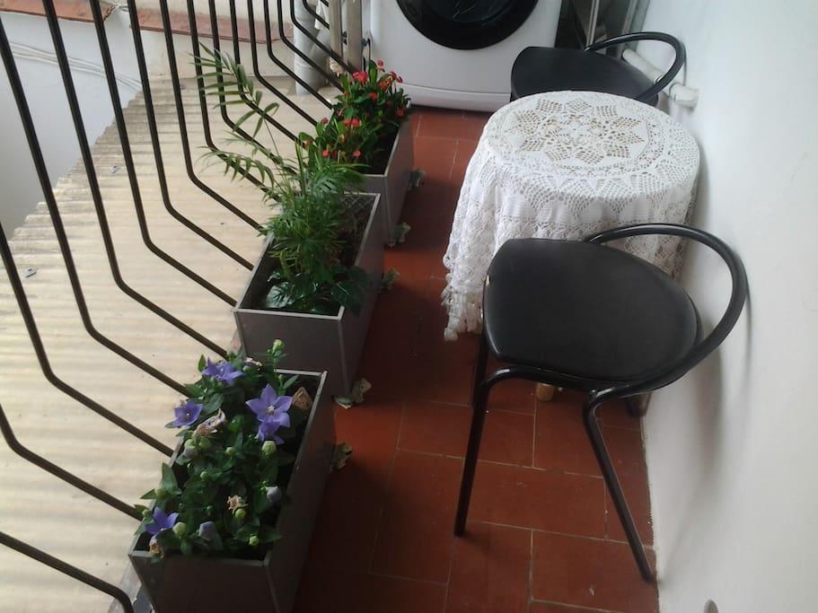 terraza con lavadora para tender la ropa o fumar está prohibido tirar latas vacías o colillas al vecino