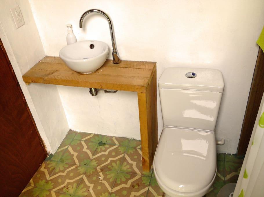 Baño equipado con ducha eléctrica.