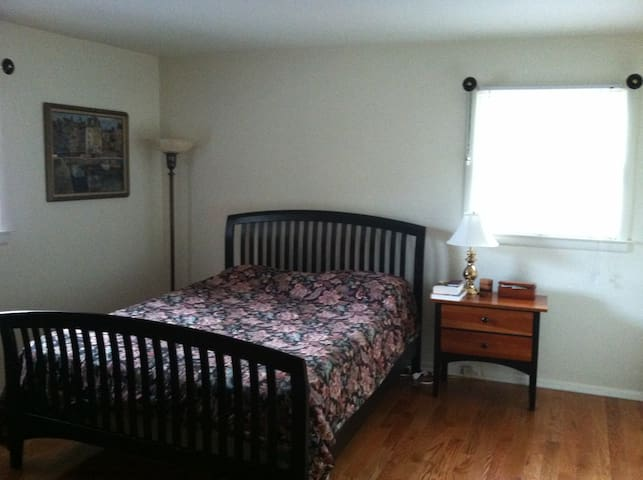 Bedroom in Home Near Philadelphia - Burlington - Rumah