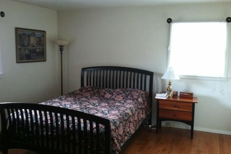 Bedroom in Home Near Philadelphia - Burlington - Casa