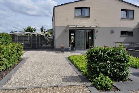 B&B De Edelsteen - Zutendaal - 家庭式旅館