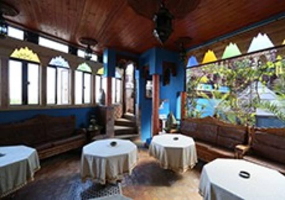 Terrasse couverte et restaurant