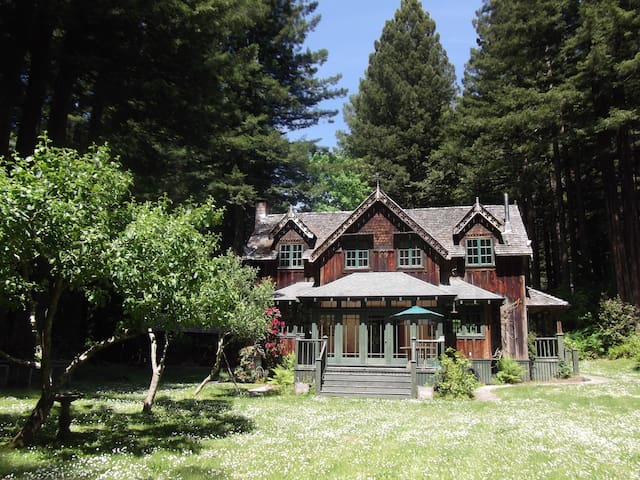 The Gate Lodge..a redwoods retreat - McKinleyville - Casa