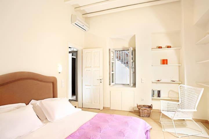 Bedroom 1/ Level 1