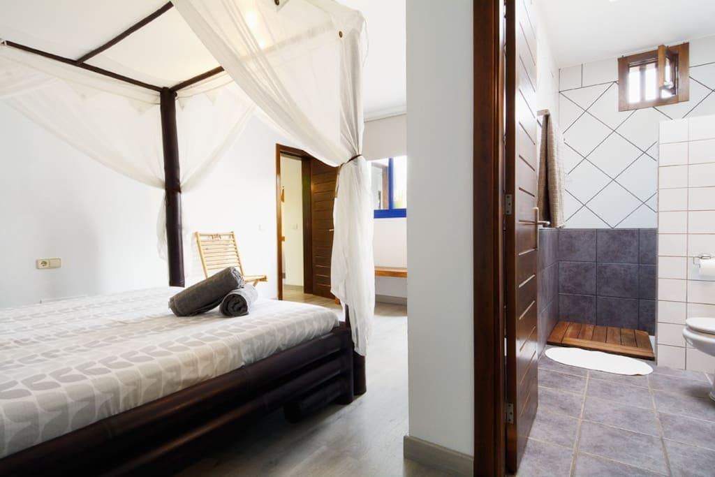 Dormitorio en planta baja con cama 180x200 y baño en suite