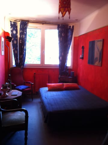 arty bedroom in paris montparnasse apartments for rent in paris le de france france. Black Bedroom Furniture Sets. Home Design Ideas