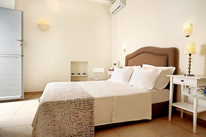 Bedroom 2/ Level 1