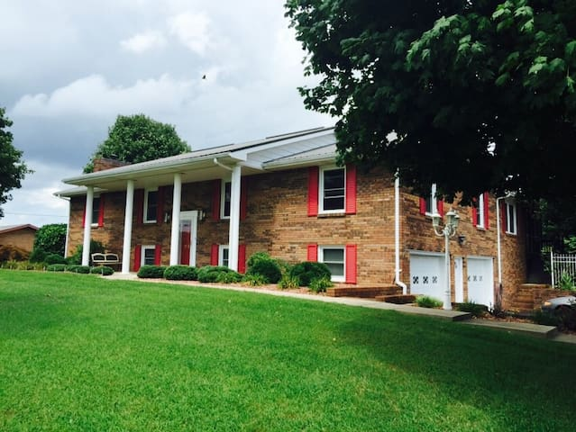 beautiful home on a quiet  country - Campbellsville