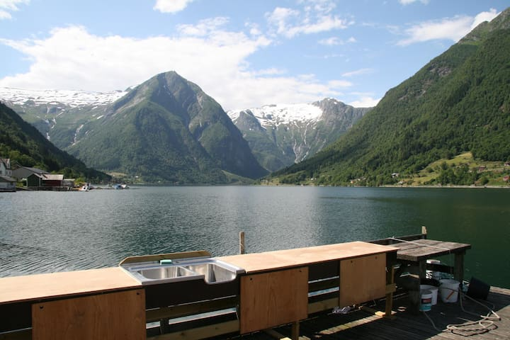 Sognefjord Cabins, view from quay. - Balestrand - Houten huisje