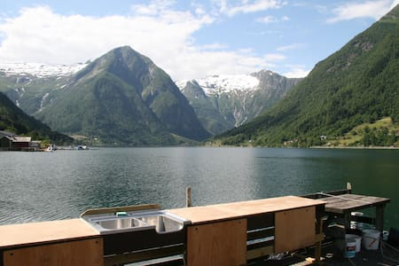 Sognefjord Cabins, view from quay. - Balestrand - Chatka