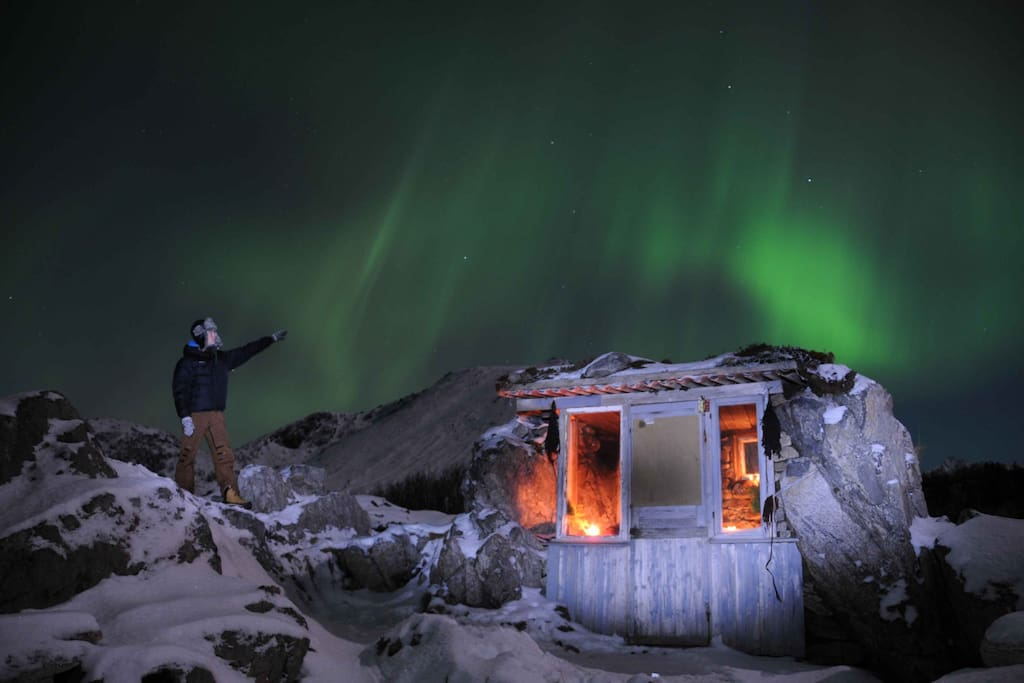 "The Northern light above ""Uværshula"", a small cabin nearby.(Photo B.Eide)"