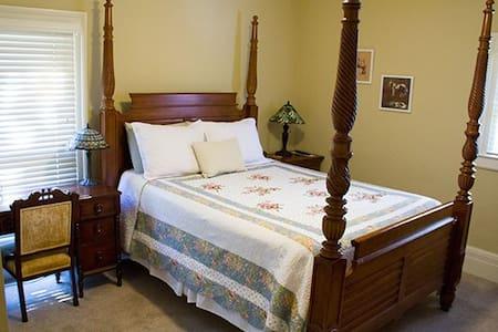 Queen Room in a Heritage Hill B&B - Grand Rapids - Bed & Breakfast