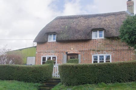 Country Cottage in Pewsey Vale - Sharcott