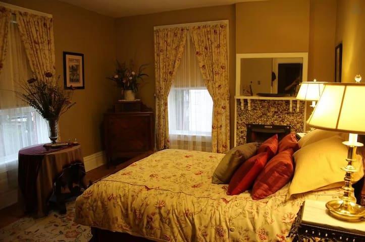 Victorian: 2 rooms & a private bath