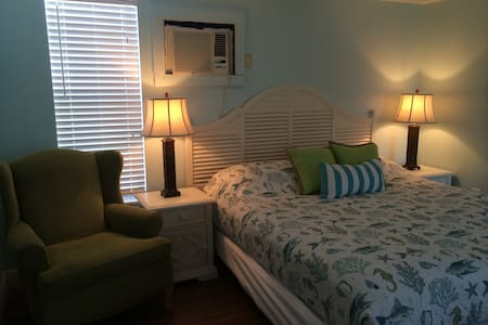 Pelican's Perch Studio/ King bed - Cape Canaveral - Bungalow