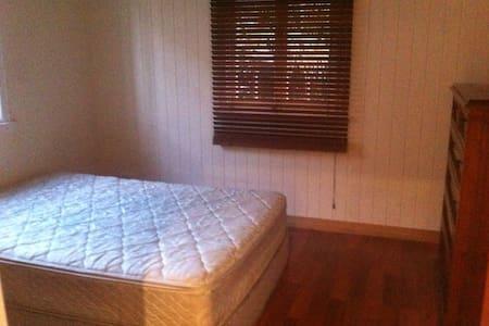 Double Room/Own Bathroom - Kedron - บ้าน