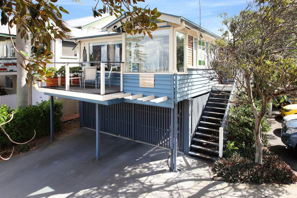 The Weekender Cottage - right on the Esplanade in Manly Village.