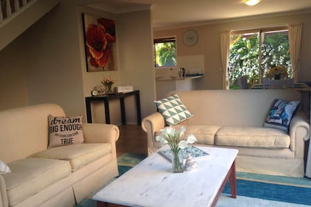 NEW - REVIEWS WANTED!!! Sleeps 6 - Coombabah