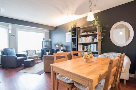 The apartment and the room are very cozy and quiet. You will enjoy the location as it is very convenient to travel on both side of the Ottawa River! I am a present host, I will always be there to help you to get the experience you are looking for!