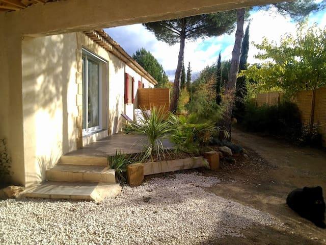Maison de charme + jardinet 2 nuits - Rognes - House
