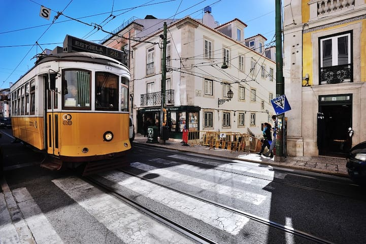 The nearest 28 tram stop is one minute from the apartment, and so is the Bica funicular.