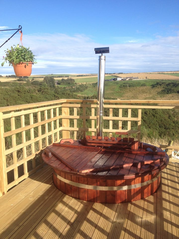 Hut with hot tub in Aberdeenshire.