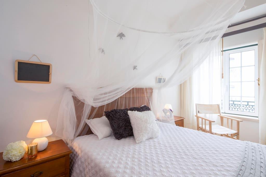 Casa do Quico: T0/ Studio - detalhe do quarto, com destaque para o dossel em rede e a cadeira de praia tradicional