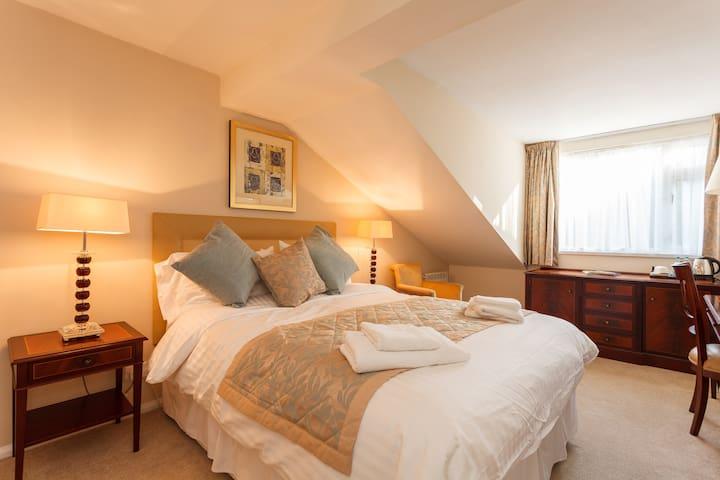 King Deluxe Room 1 - Wiltshire - Bed & Breakfast